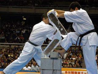 paura del fallimento: come superarla? Come in un colpo di Karate, come in questa immagine.
