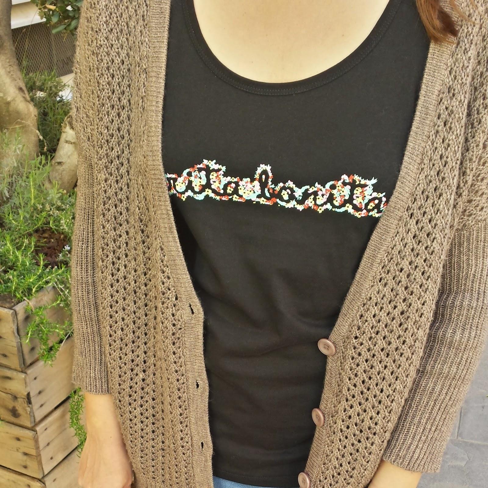 Camiseta ideal y combinable de Carita Bonita con diseño de letras de florecitas perfecta para esta primavera.