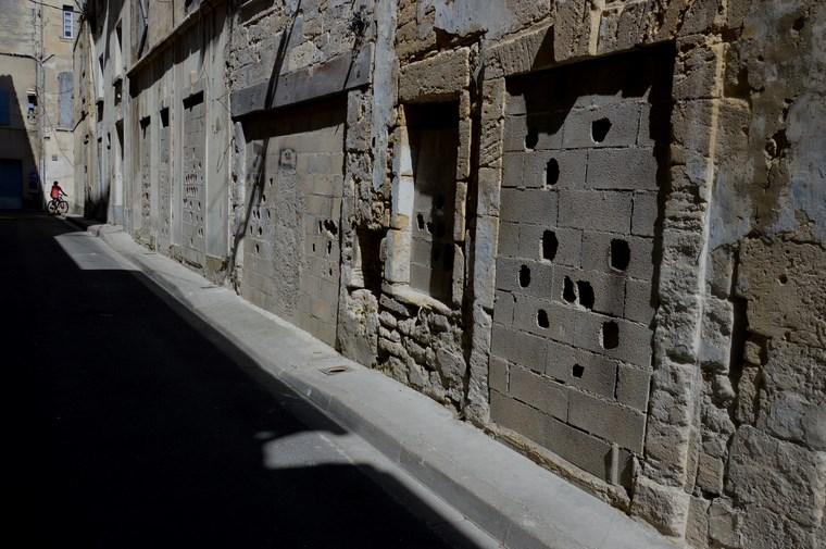 Le cycliste rue de la Paille - Beaucaire