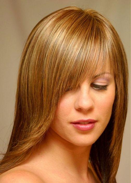 Прическа с косой челкой на длинные волосы