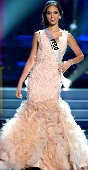 Natalie Vértiz con vestido de gala en Miss Perú 2011
