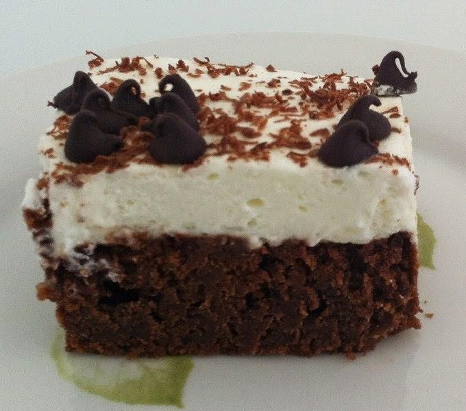 עוגת בראוניז שוקולד עם שקדים וקצפת כשרה לפסח