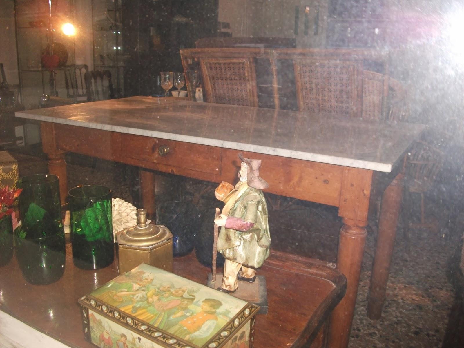LA BROCANTE DE BLANCHE: Tavolo di legno con ripiano di marmo.