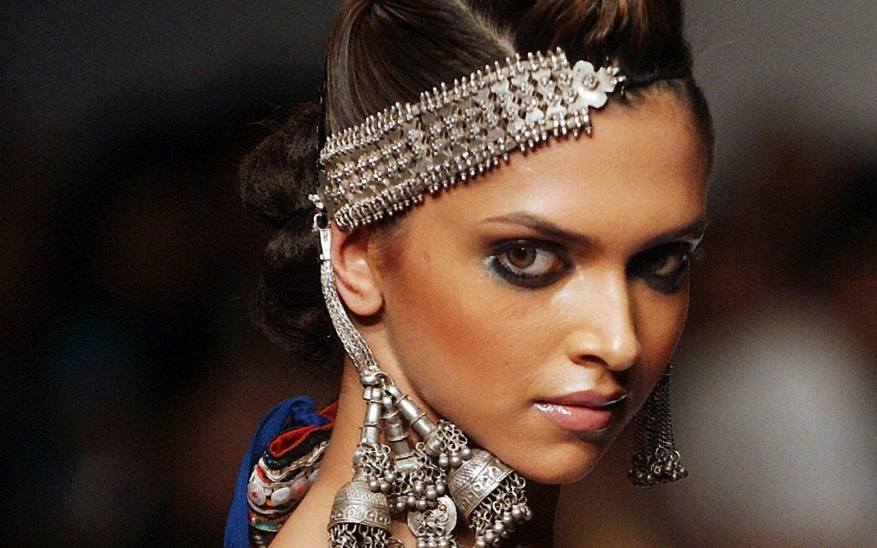 Deepika Padukone Lips hot - HIGH RESOLUTION PICTURES