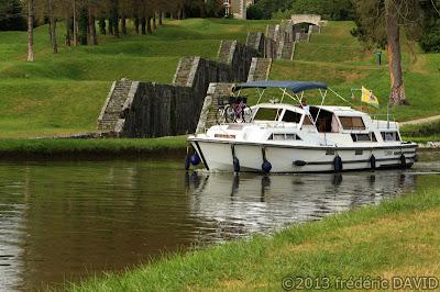 tourisme reflet maritime écluse escalier bateau croisière canal Briare Loiret