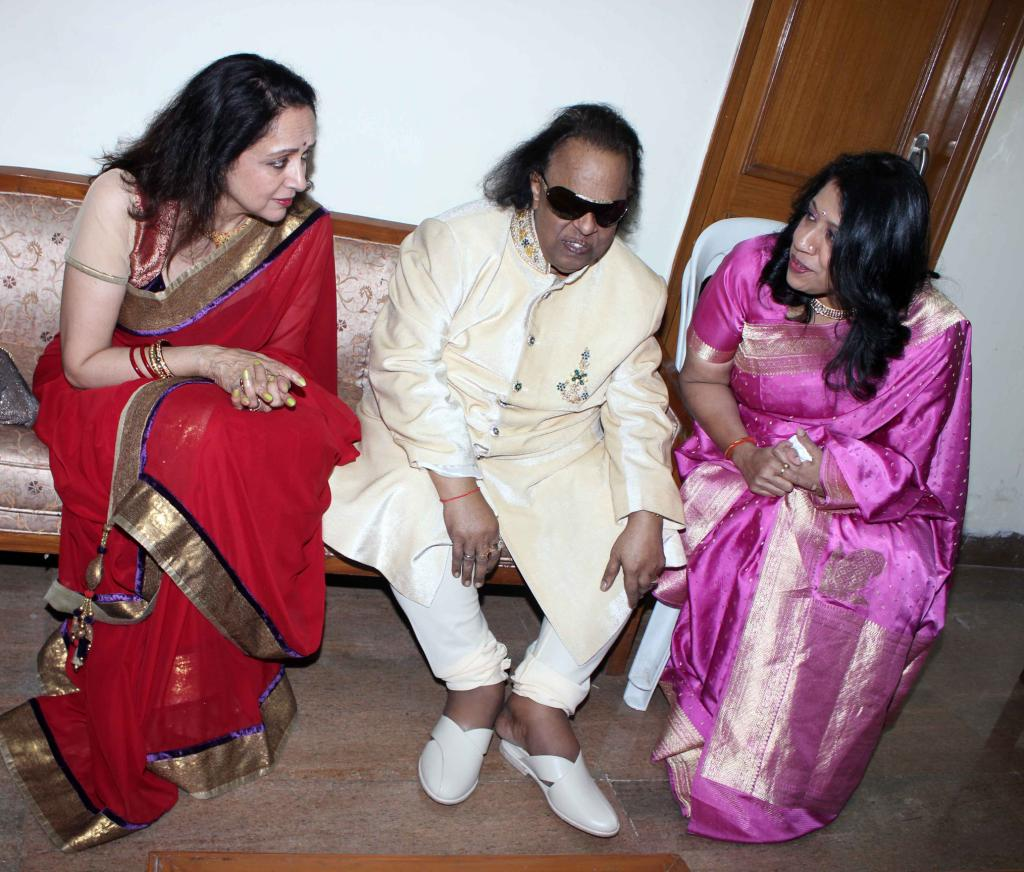 http://2.bp.blogspot.com/-x-gxe64dat0/UKz5TNpWJdI/AAAAAAABPdQ/N5q_niMxXv4/s1600/Felicitation-Of-Music-Composer-Ravindra-Jain-14.JPG