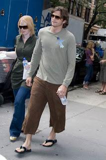 Ashton Kutcher de chinelo de dedo