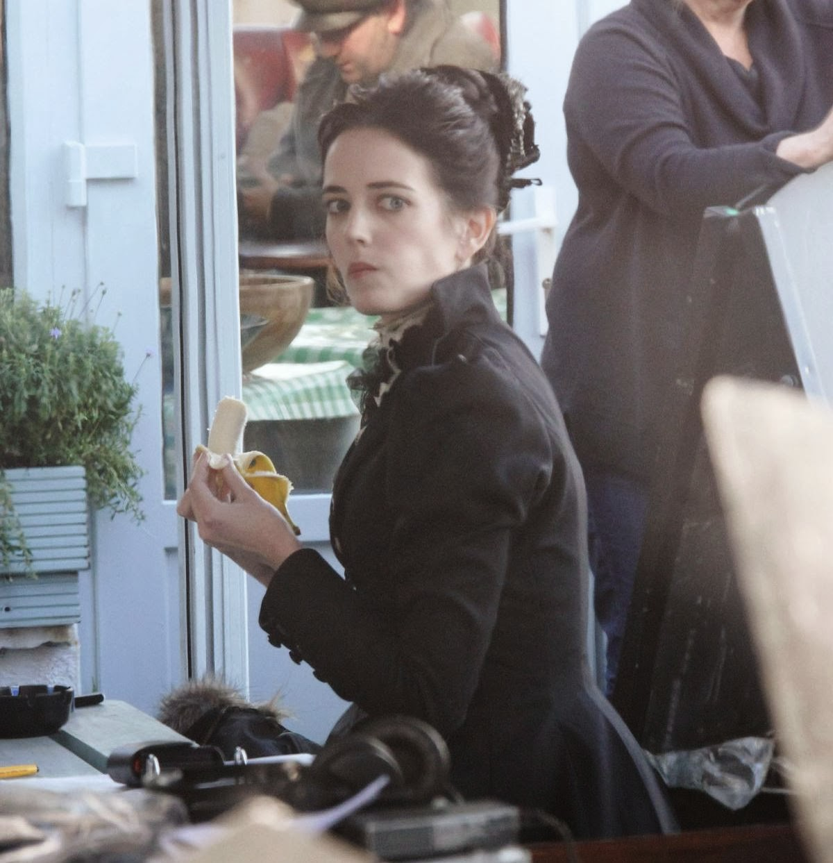 http://2.bp.blogspot.com/-x-yPNBSSWCE/Ut2KXP3VpxI/AAAAAAAAQgo/2n1CczQyC6o/s1600/eva-green-on-the-set-of-penny-dreadful-in-ireland_10.jpg