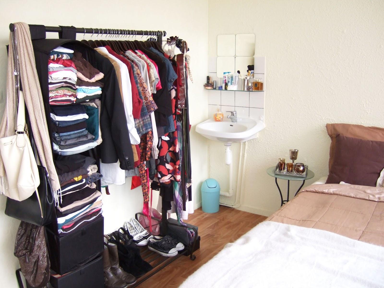 Ik kan niet meer geloven dat al mijn kleren ooit in dat ene kledingrek  hebben gepast  Hij komt uit de PORTIS serie van IKEA. Dutch Design on a Budget  Design Recap   Part 2