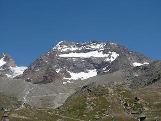 Die Weissmieshütten vor dem Lagginhorn: der Normalweg führt links am Grat zum Gipfel