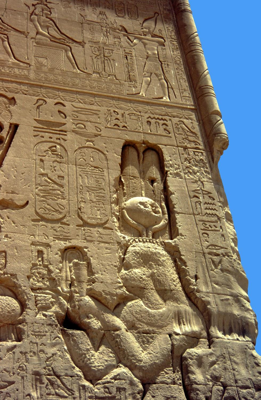 Detalle  fachada suroeste templo de Dendera