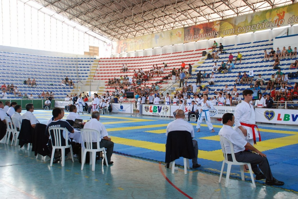 Karatecas se apresentam na seletiva nacional