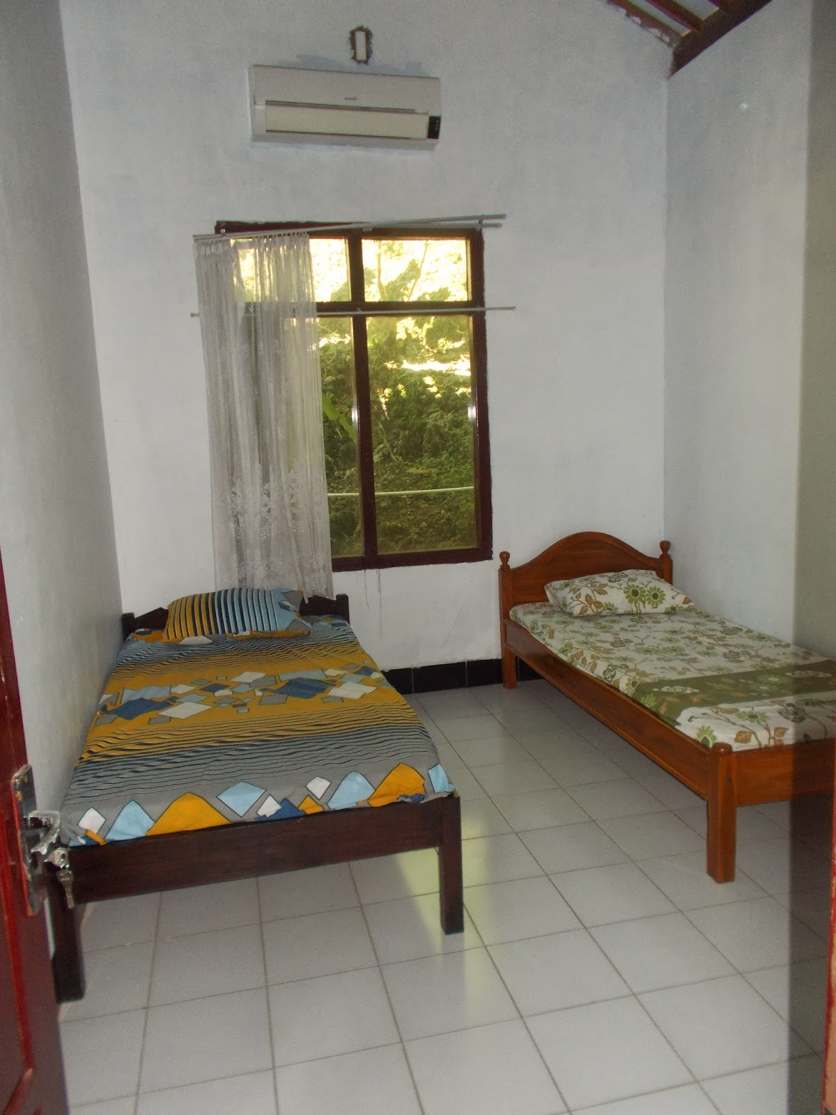 2 Kamar Luas Dengan Fasilitas AC Meja Kursikamar Mandi Dalam Semua Itu Kami Tawarkan Rp 600000 Per Malam Untuk Tarif Normal 1 Rumah 500000