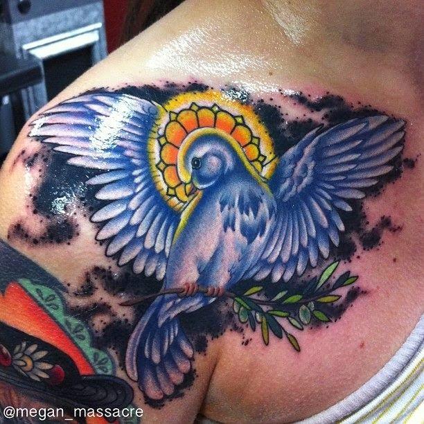 Passarinho azul com coroa tatuado no ombro