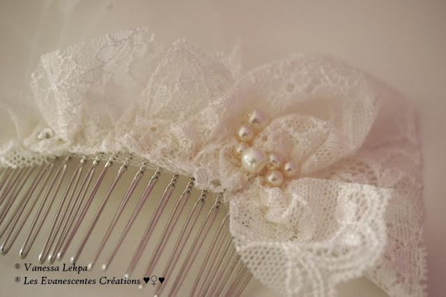 jolie peigne de mariée en argent et en dentelle de claais ivoire et blanche. Pièce unique, création vintage
