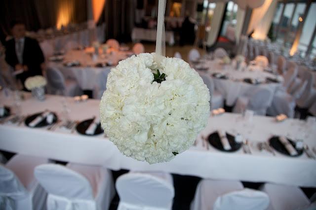 Raumdekoration Hochzeit weiße Nelkenbälle von Passiflori Penzberg, Hochzeit im Riessersee Hotel Resort
