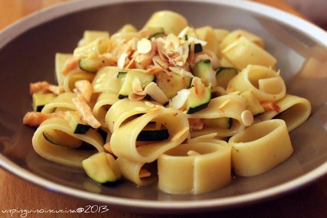 calamarata con salmone affumicato, zucchine e lime