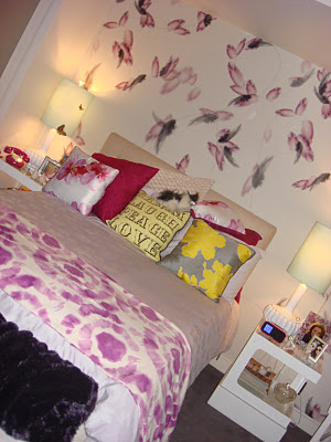 The lovely side hanna 39 s room pretty little liars decor for Pretty bedroom wallpaper