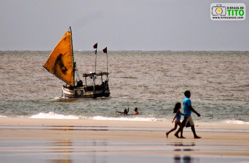 Barco de pesca e pessoas na praia da Princesa, na Ilha de Maiandeua (Algodoal), no Pará