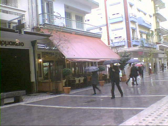 Περπατώντας στη βροχή για άδεια τραπεζοκαθίσματα