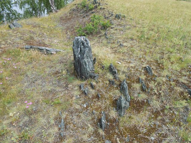 гряда из каменных останцев на берегу озера Большие Касли