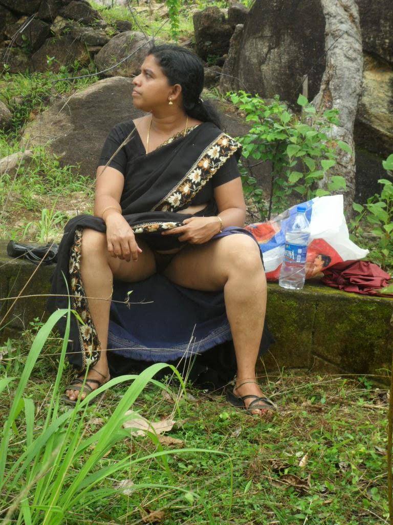 Indian Aunty Lifting Saree