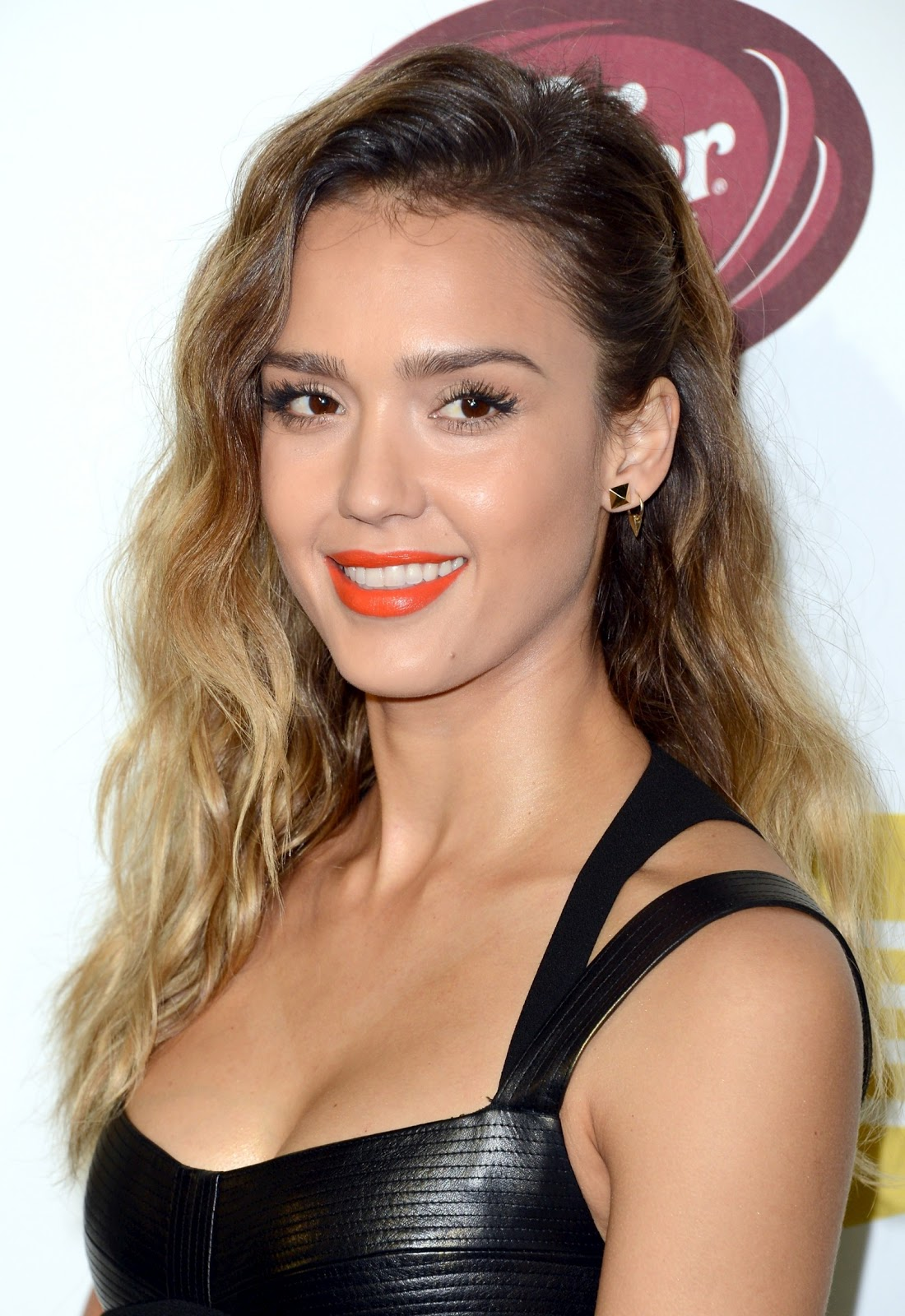 http://2.bp.blogspot.com/-x3B3SSqLaWQ/UMRLjcp9uTI/AAAAAAABNrU/r2gsKNRseKc/s1600/Jessica-Alba-Spike-TV-10th-Annual-Video-Game-Awards+%285%29.jpg