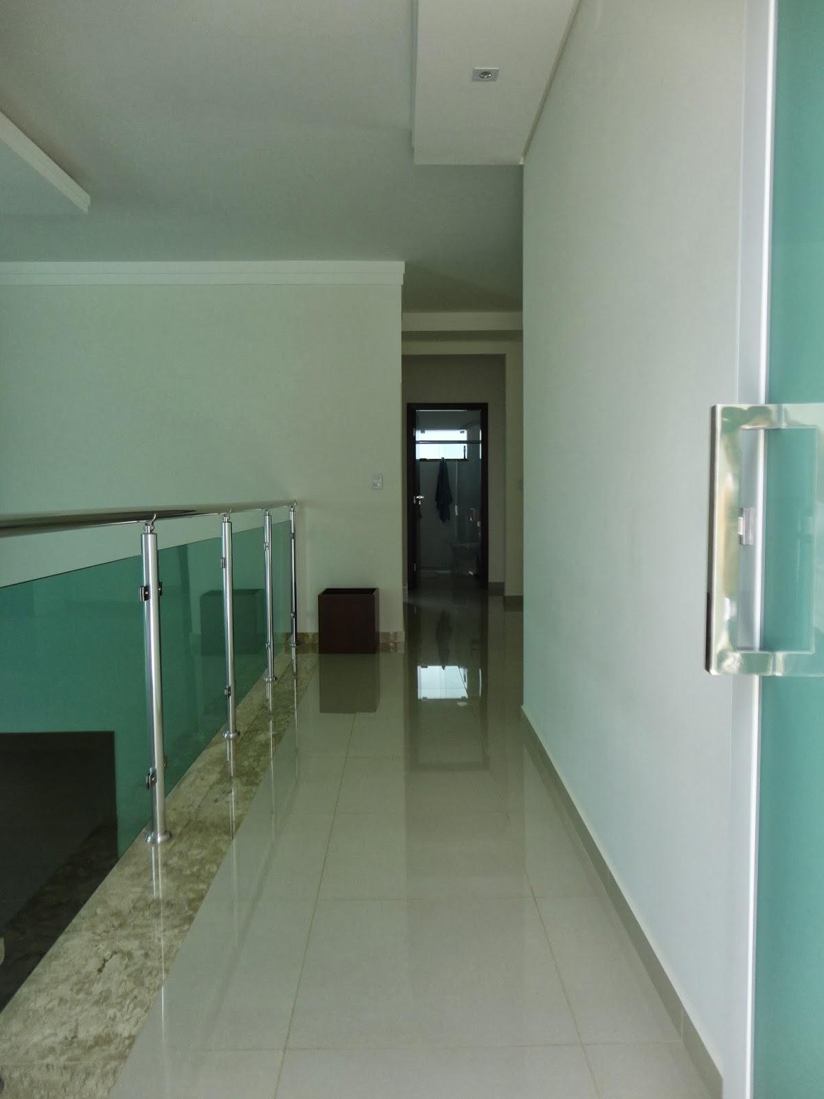 porta no haal de entrada do 2° piso onde pretendo um dia decorar com #3C6958 1200x1600 Banheiro Com 2 Portas De Entrada