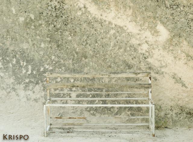 silla herrumbrosa junto pared piedra