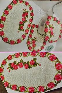 Jogo de banheiro com flores pink, folhas e botões com gráfico.
