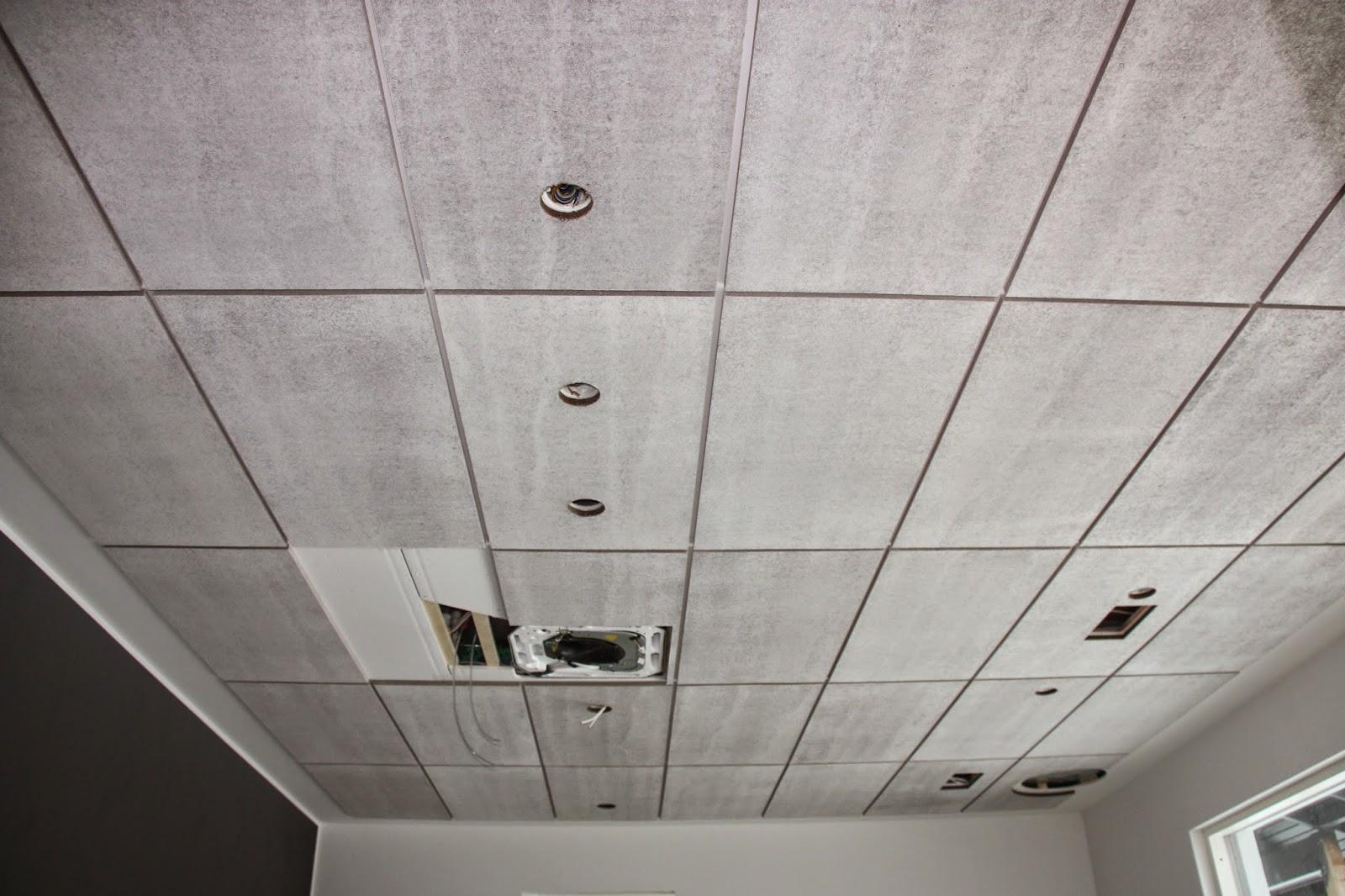 Konto akustiikkalevyt korkean tilan kattoon asennettuina.