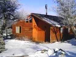 Vista de la cabaña con nieve