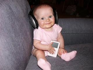 Foto gambar bayi lucu mendengarkan musik 15