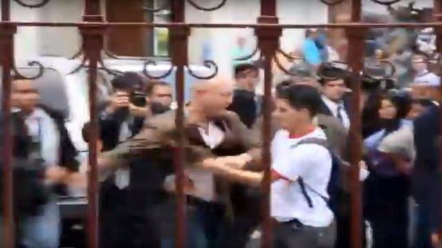 Funcionarios de seguridad de la AN agreden a periodistas de VTV y La Otra TV