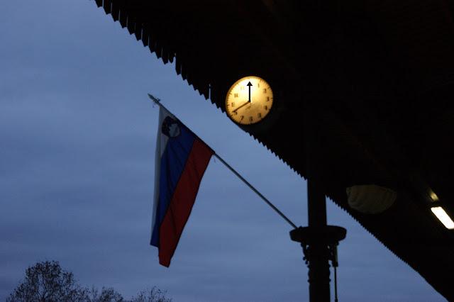 orologio e bandiera slovena