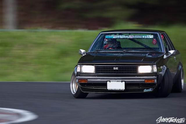 Toyota Corolla E70, jazda bokiem, drift, driftowanie, tylnonapędowy, stary japoński samochód, sportowy, emocje, pasja, JDM, zdjęcia, tuning