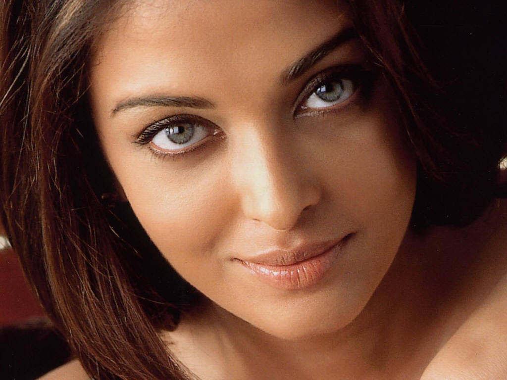 Hollywood & Bollywood: Aishwarya Rai Hot Navel Freida Pinto Lipstick Color