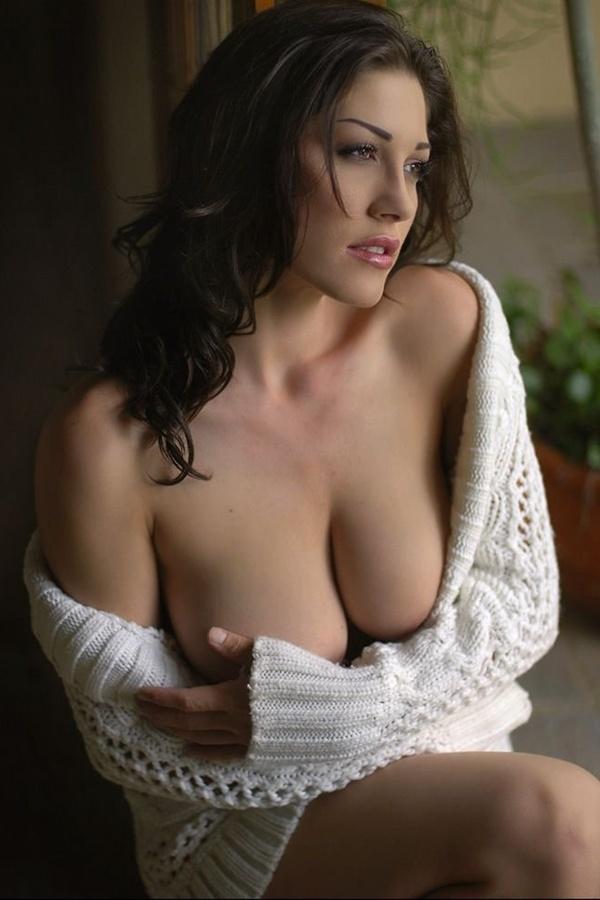 Эротика девушка в свитере