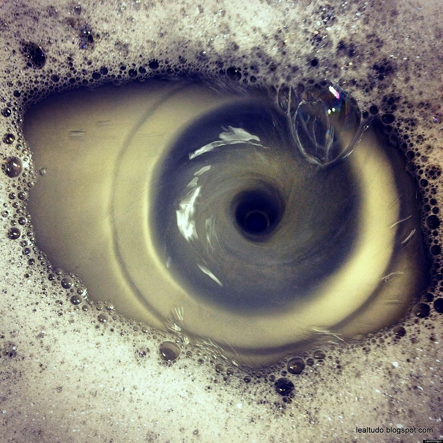 Sink Draining Eye Open Wide - Pia Escorrendo Olho Bem Aberto - Pareidolia-001
