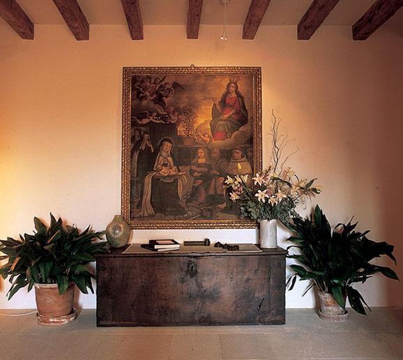 recibidor con baul antiguo y cuadro