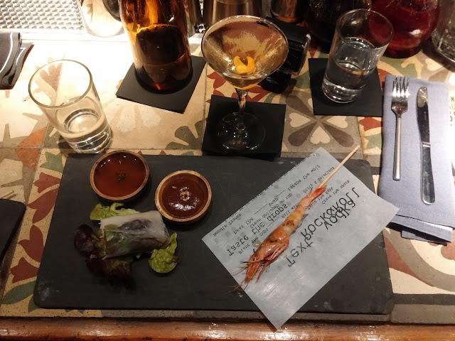 Rollo nem de tofu y verduras con salsa nuoc cham, salsa hoisin. Gamba perfumada. Gamba roja a la brasa con aromas thai. Maridado con Yakusa Dry.