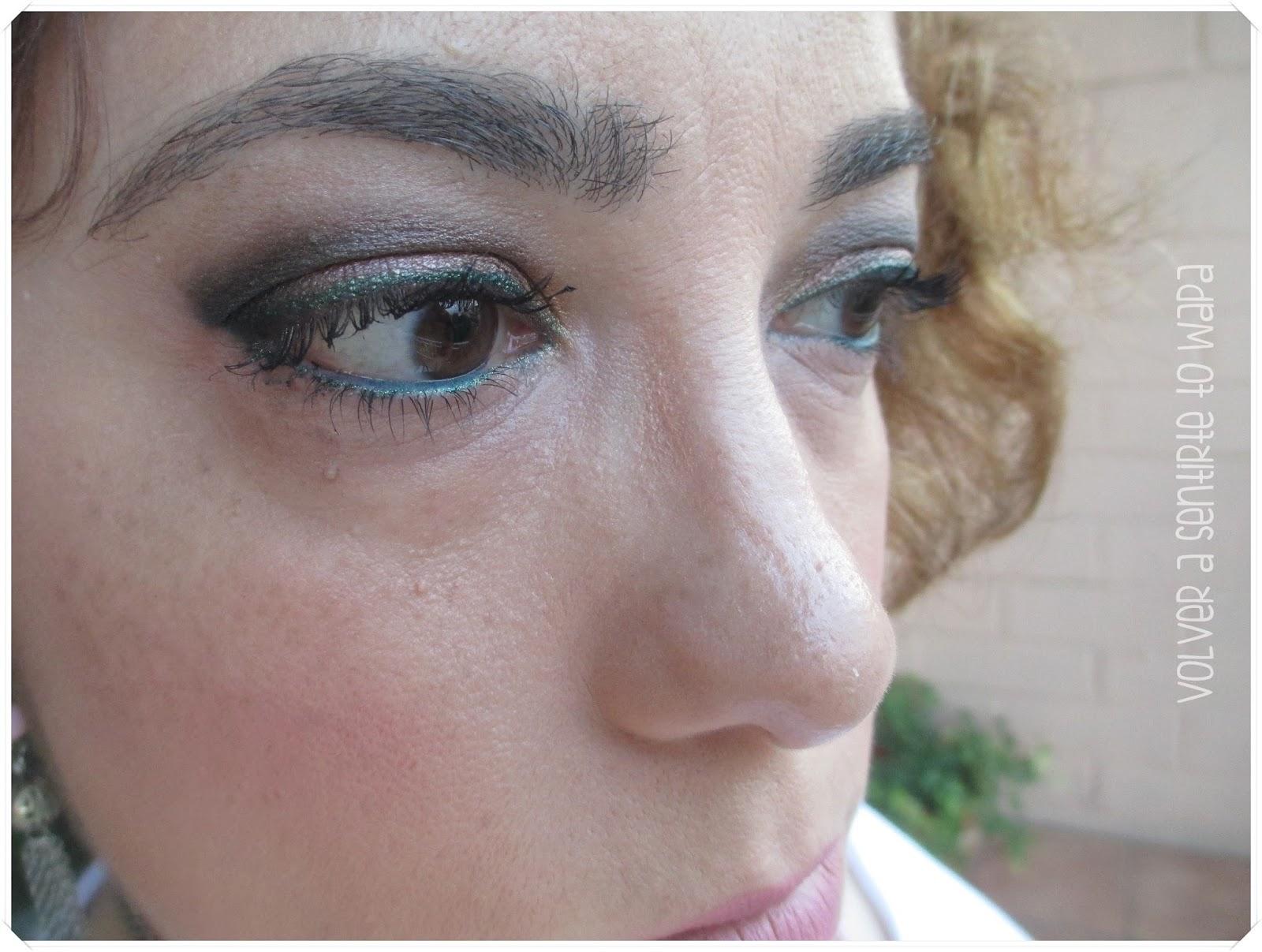 Maquillaje con ojos marcados y Snob en los labios