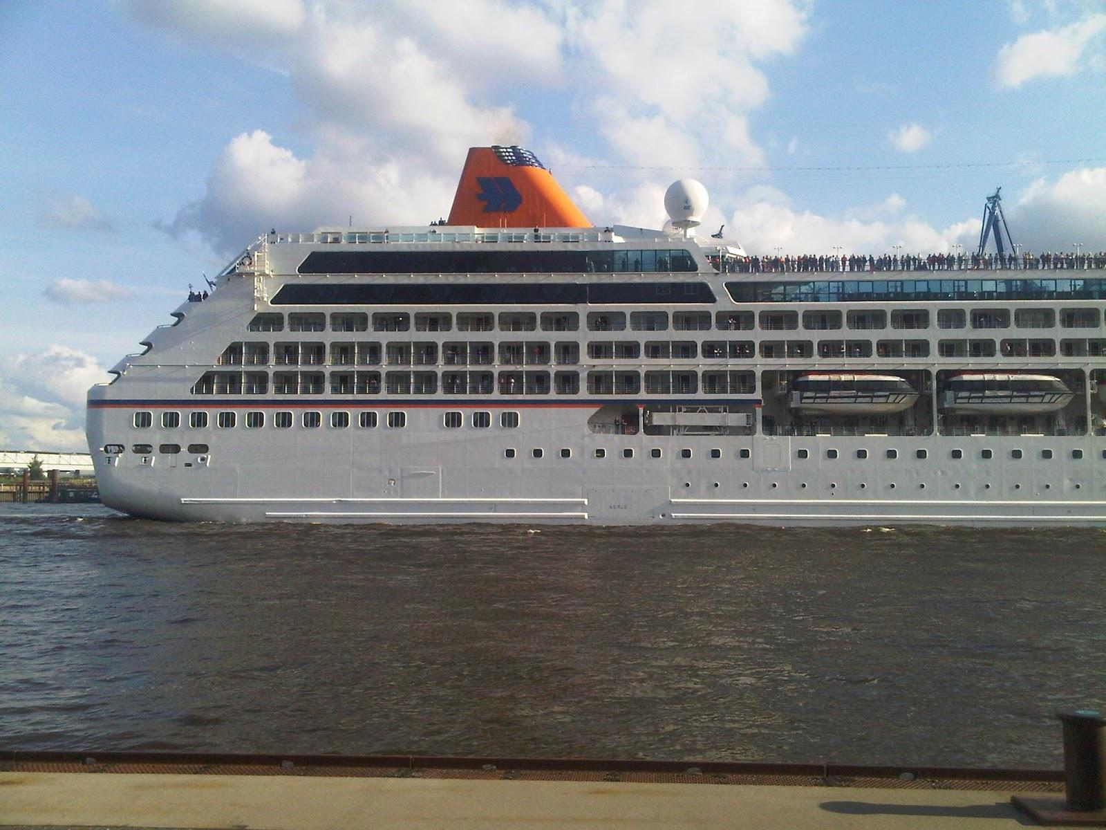 Columbus 2 verlässt den Hamburger Hafen. Das Heck. Winkende Menschen an Oberdeck.