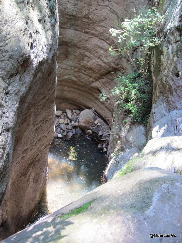 Cascada / Tobogán de ~15m en Cerro Viejo Lado izquierdo con rocas bajo el agua. Lado derecho con profundidad de ~ 2m.