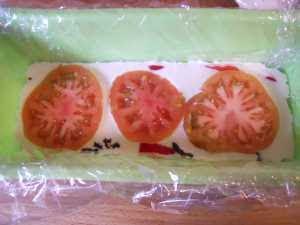 Añadir más crema y tomate fresco.