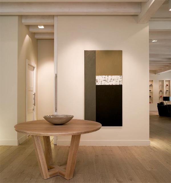 masía de piedra rehabilitada con buen gusto- mesa vestíbulo de madera natural
