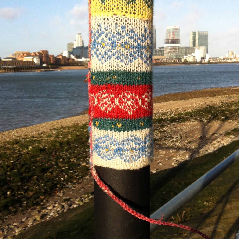 http://2.bp.blogspot.com/-x7DXySwGsLQ/UQqCY502K_I/AAAAAAAAA6o/N6nIB3zLjnU/s1600/guerilla-knitting_thames-path_canary-wharf.jpg