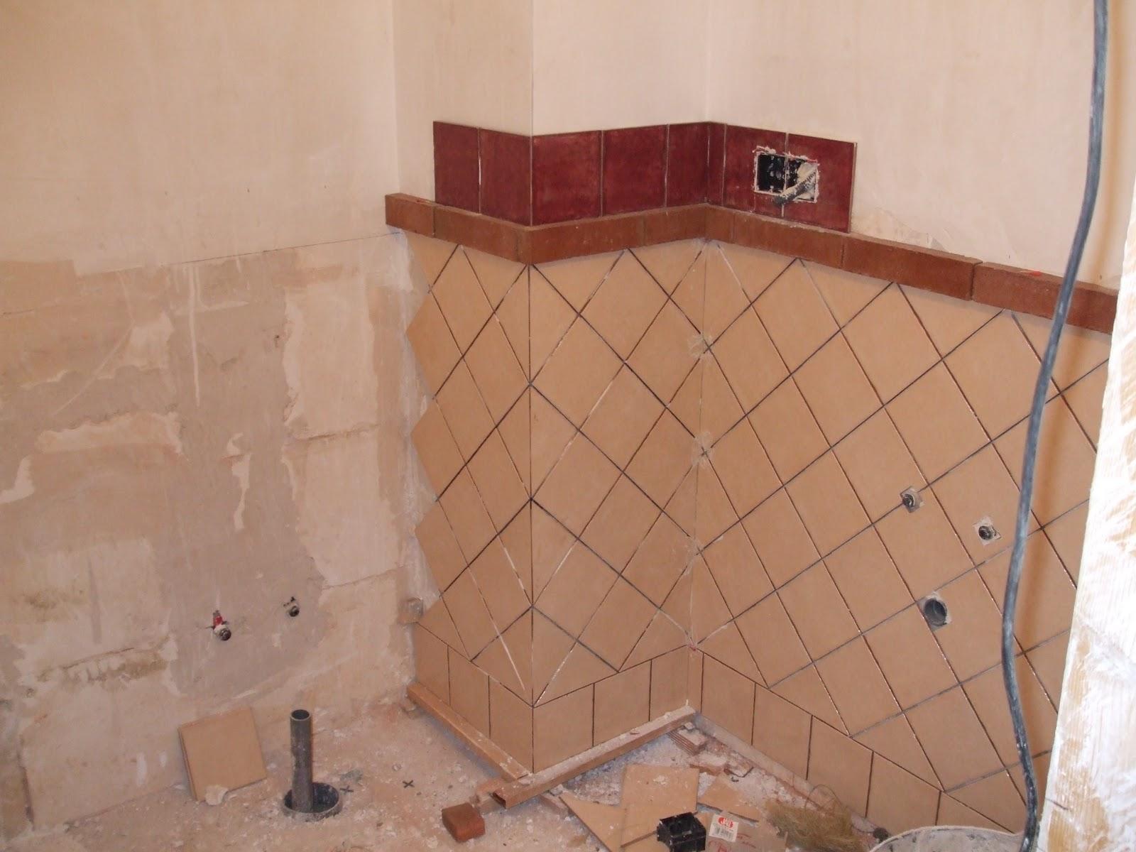 Baños Con Azulejos Hasta La Mitad: con una gran dificultad por tratarse de azulejos cortados por la mitad
