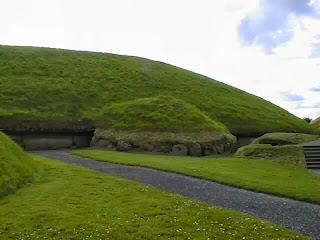 тумулус Ирландии, предположительно построен кельтами около 6000 лет тому назад