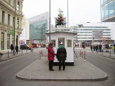Checkpoint Charlie, Berlin, Alemania, round the world, La vuelta al mundo de Asun y Ricardo, mundoporlibre.com